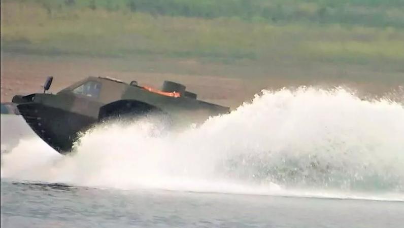 Китайский БТР установил рекорд скорости движения по воде