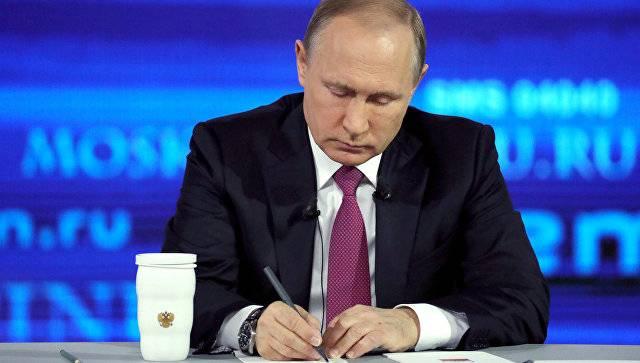 Путин поручил разобраться с зарплатами ниже МРОТ