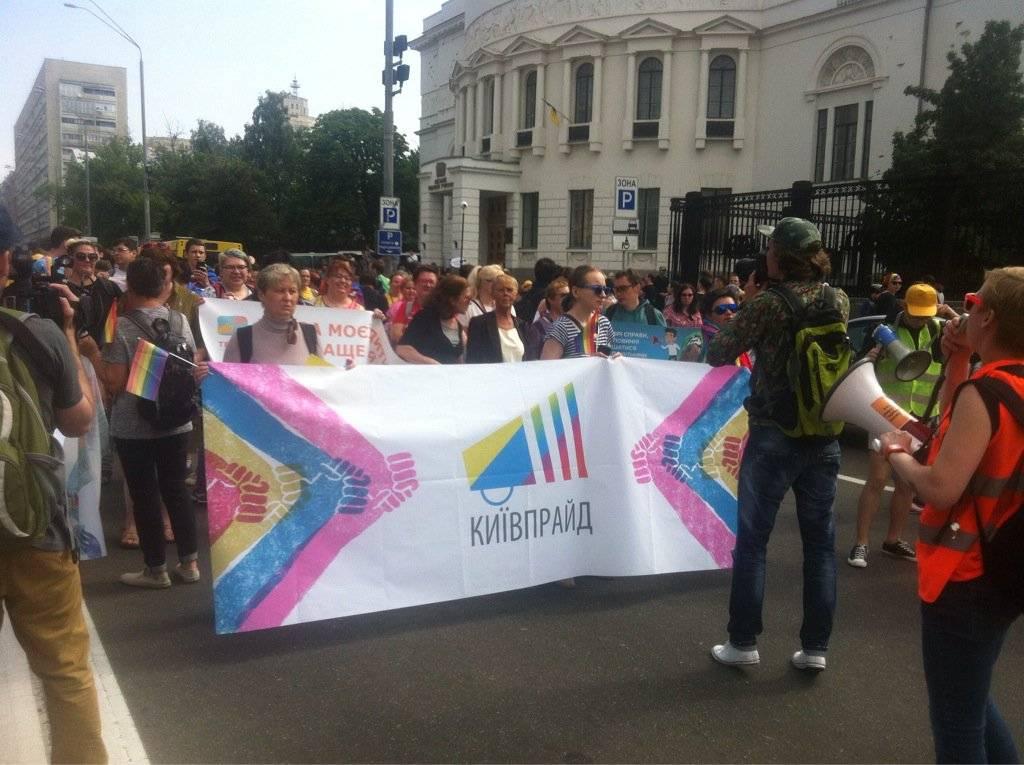 Украинские радикалы заблокировали маршрут гей-парада вцентре столицы Украины