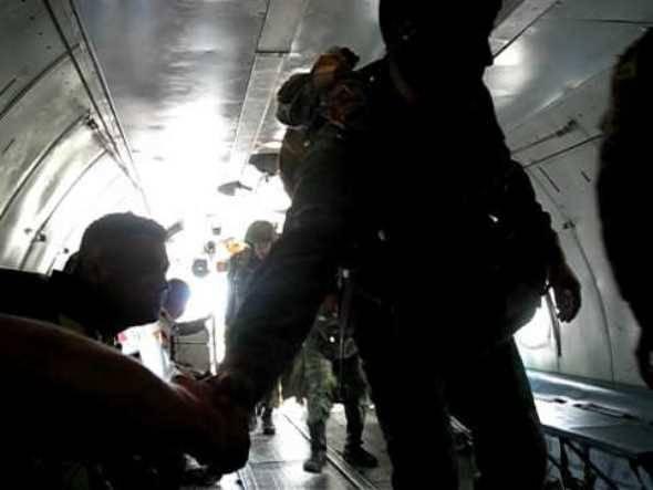 Морпехи под Астраханью выполнили затяжные прыжки с парашютом