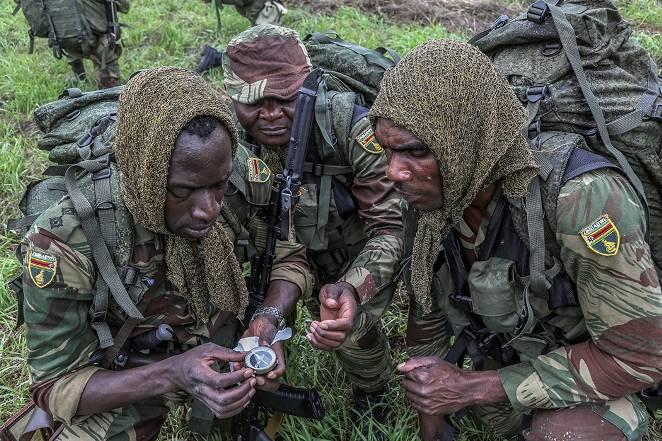 짐바브웨의 정찰대가 시베리아 숲에서 길을 잃습니다.