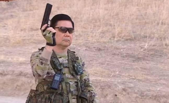 Туркменский президент выступил в роли супергероя на военных учениях