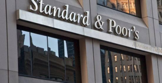 S & P는 새로운 미국 제재가 도입 된 이후 러시아 연방의 신용 등급을 낮추지 않았다.