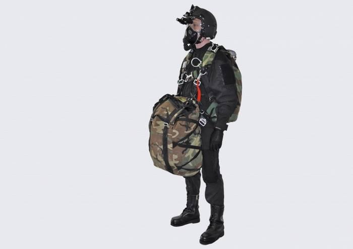 Negli esercizi Airborne ha testato nuove attrezzature per saltare da una grande altezza.