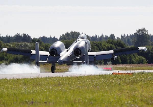 Американские штурмовики А-10 в Эстонии отрабатывают взлёт и посадку на шоссе