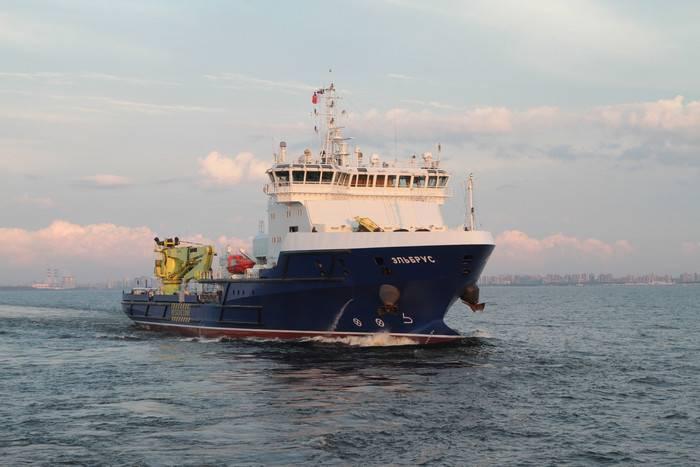 """Lojistik destek gemisi """"Elbrus"""" kuzeye geçişe başladı"""