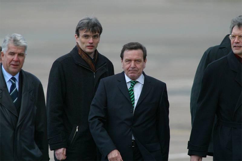 Mass media: Schröder pro-russo torna alla grande politica