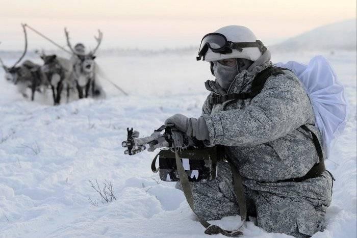 Un set di abbigliamento e scarpe dell'Artico fornito dal Ministero della Difesa della Federazione Russa