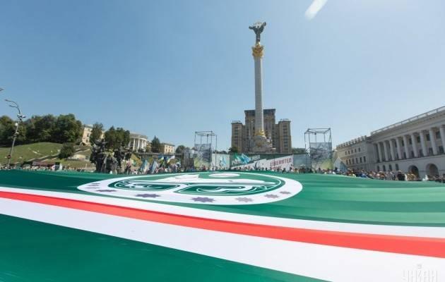 """No centro de Kiev sob o hino da Ucrânia lançou uma bandeira gigante do terrorista """"Ichkeria"""""""