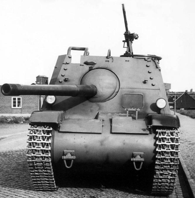 Installazione artiglieria semovente Pansarvarnskanonvagn m / 43 (Svezia)