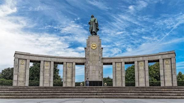 Soldati sovietici commemorativi caduti profanati a Berlino