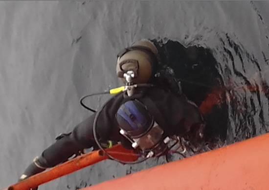 Mergulhadores da frota do Pacífico investigam a baía de Matua
