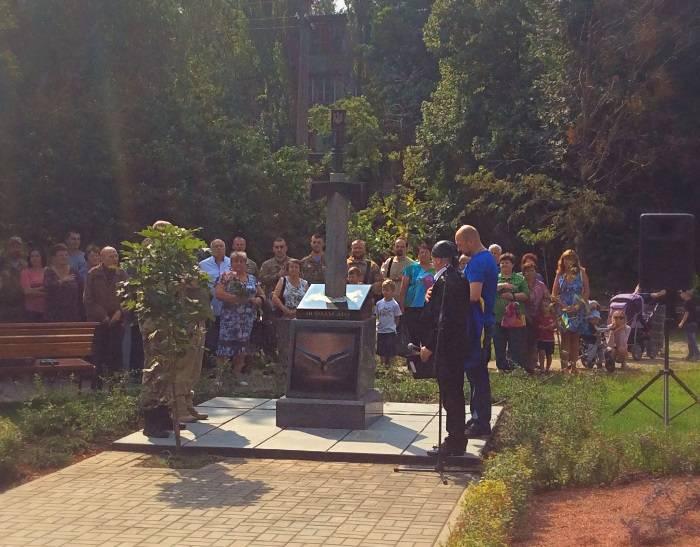 В Киеве открыли памятник в виде меча пронзающего Россию
