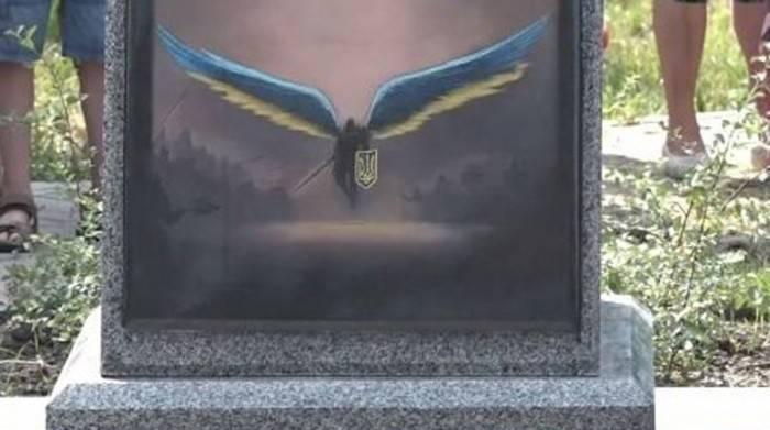 Памятник погибшим солдатам ВСУ «украсили» постером из компьютерной игры Diablo III