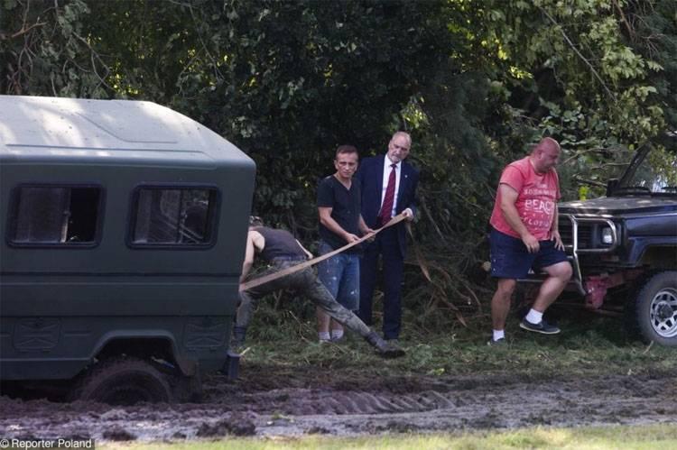 Il convoglio del ministro della Difesa della Polonia era bloccato nel fango. Di nuovo i russi? ..