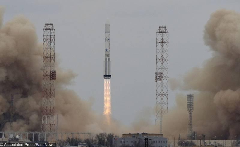 Baikonur에서 군수 장비로 발사 된 Proton-M