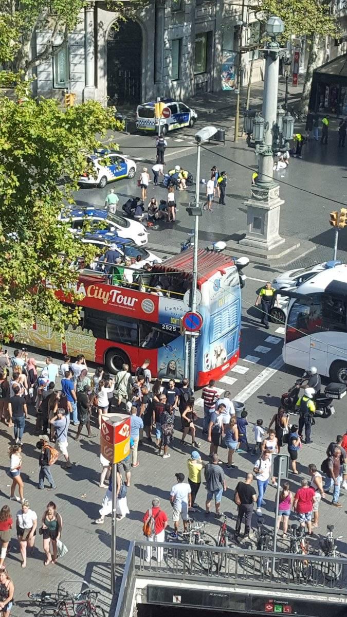 Minibüs, Barselona'daki insan kalabalığına düştü