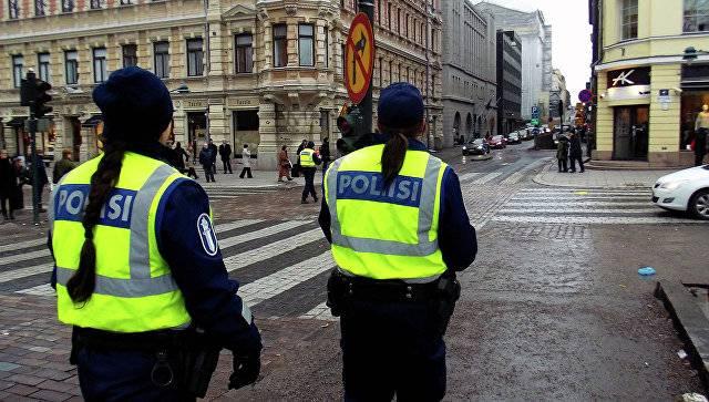 핀란드에서는, 알 수없는 사람이 지나가는 사람에게 칼로 공격했습니다.