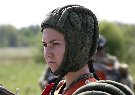 군인들과 함께 VBO에서 여성들은 강습을 받았다.