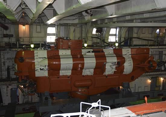 태평양 함대의 구조 대원은 비상 잠수함을 돕기 위해 훈련을 실시했습니다.