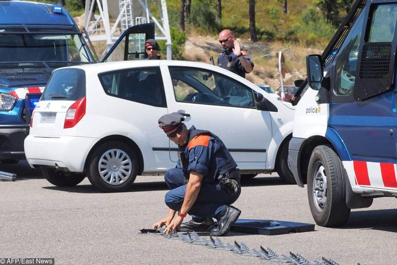 Marsilya'da, bilinmeyen bir araba iki otobüs durağını çarptı