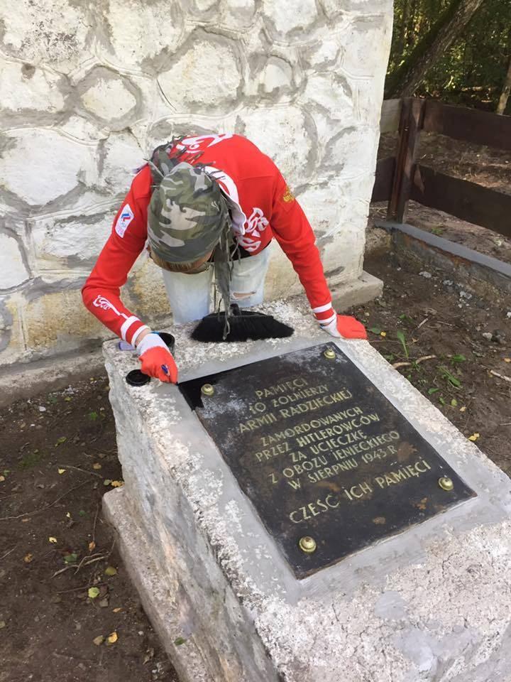En los polacos y tumbas soviéticas en Polonia