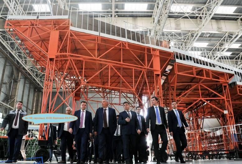 A mais recente aeronave X-NUMX An-4-148 está localizada na oficina de montagem final da VASO.