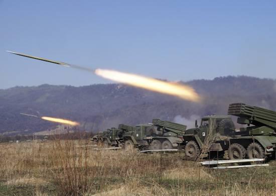 Os artilheiros do Distrito Militar do Sul desenvolvem suas habilidades práticas de tiro