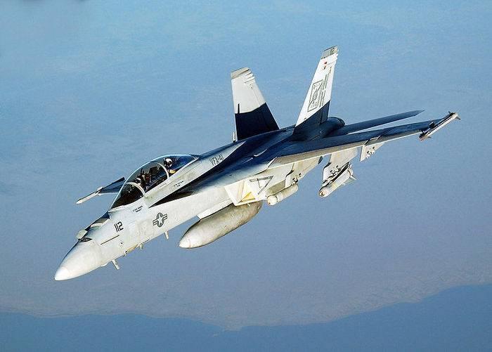 Истребитель-бомбардировщик F/A-18 празднует юбилей