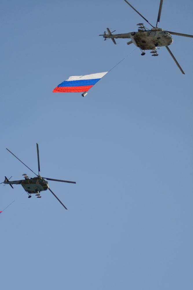 """A ação """"Serviço sob o contrato - a sua escolha!"""" Em Rostov-on-Don. Desfile aéreo"""