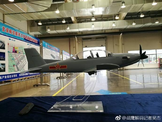 Na China, apresentou o desenvolvimento de uma nova aeronave de treinamento