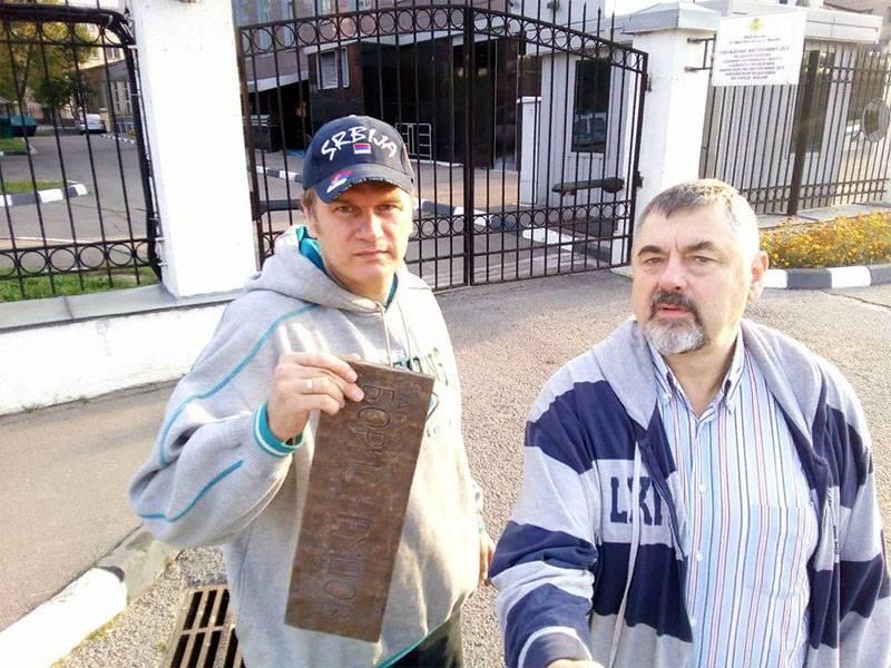 """O tablet com a inscrição """"Boris Nemtsov"""" foi desmantelado no centro de Moscou"""