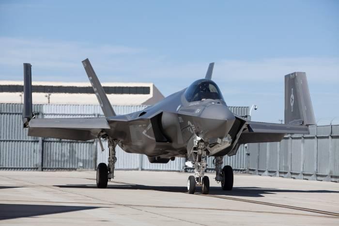 American F-35C transferido pela primeira vez para porta-aviões