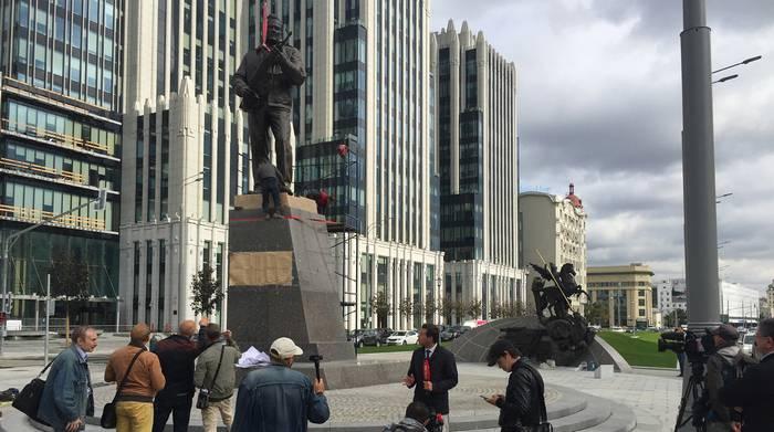 В Москве установили памятник Михаилу Калашникову