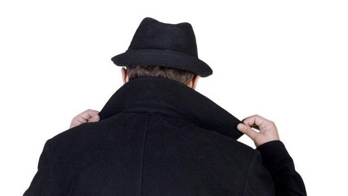 Na Letónia, fez instruções sobre como reconhecer o espião