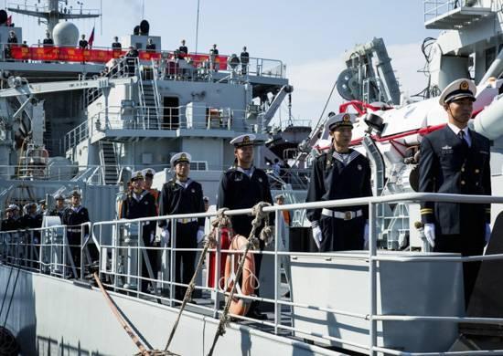 Marinheiros da Federação Russa e da República Popular da China durante o exercício vão primeiro trabalhar no resgate da tripulação