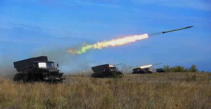 Mais artilheiros 500 do Distrito Militar Central realizaram disparos ao vivo na região de Orenburg
