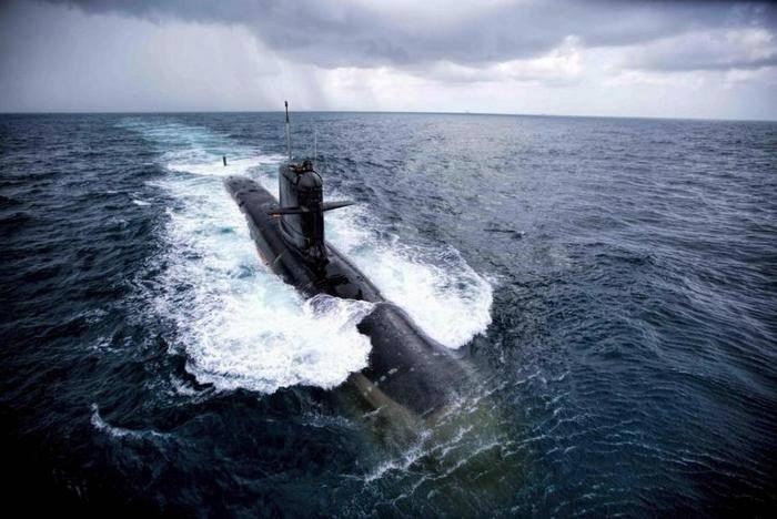 India adoptó el primer submarino de su propia producción.