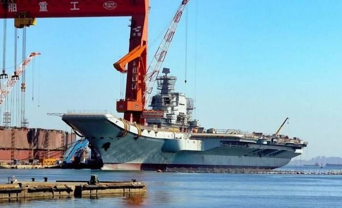 Un mât radar a été installé sur un porte-avions chinois en construction