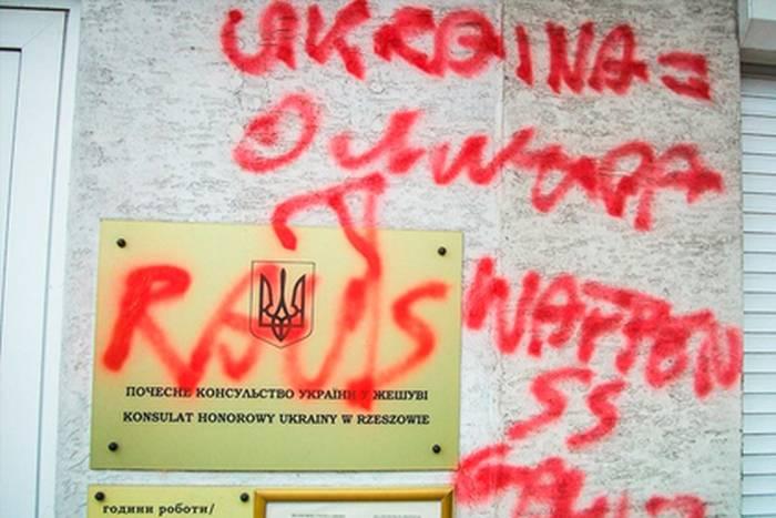 В Польше на украинском консульстве написали «Убирайтесь вон» и «Украина — ОУН»