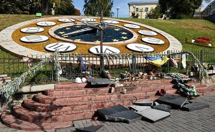 """Em Kiev, quebrou o monumento """"Heavenly cem"""""""