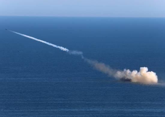 O cruzador Varyag e o submarino nuclear Tomsk atingiram o alvo da superfície com mísseis de cruzeiro