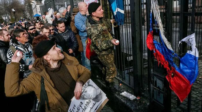 裁判所は、外交使節団への攻撃のために4人のウクライナ人を不在で逮捕した
