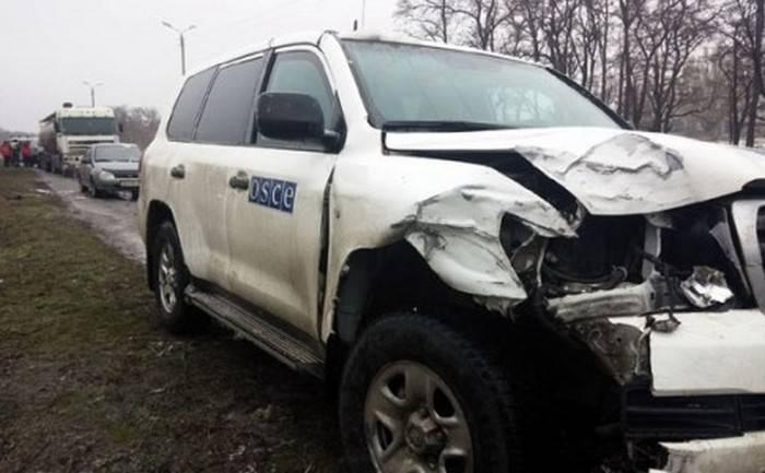 En el suburbio de Donetsk, el ucraniano BTR embistió la caravana de la OSCE