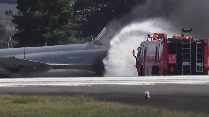 ВЯпонии при попытке взлета савиабазы зажегся истребитель F-4