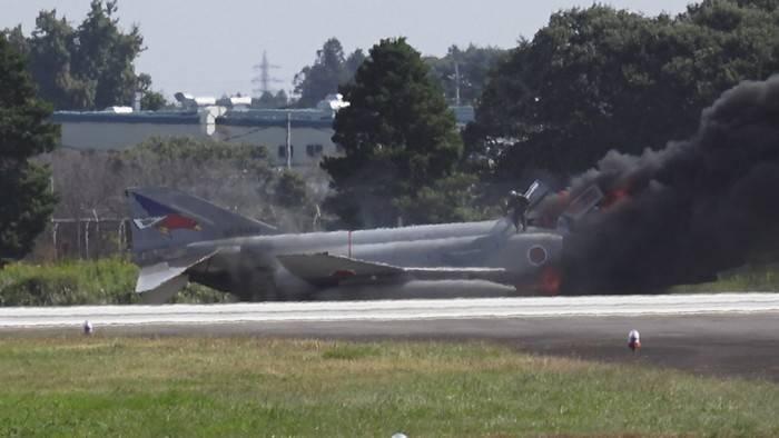 日本空军战斗机在起飞时起火