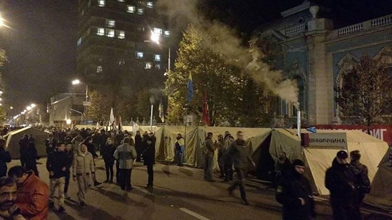 Спикер Рады призвал митингующих разблокировать входы здания парламента