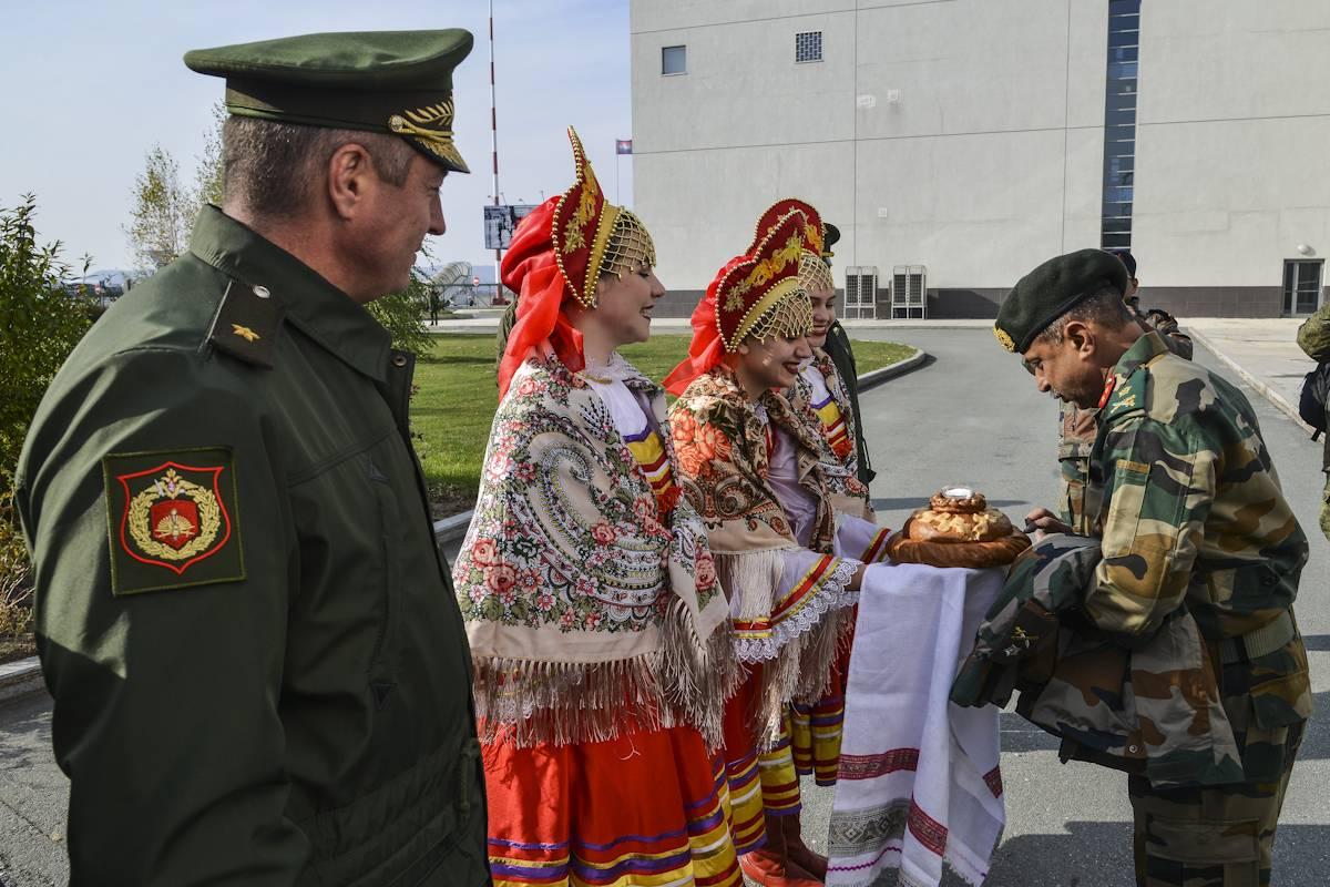Индийские военные прибыли воВладивосток научения «Индра-2017»