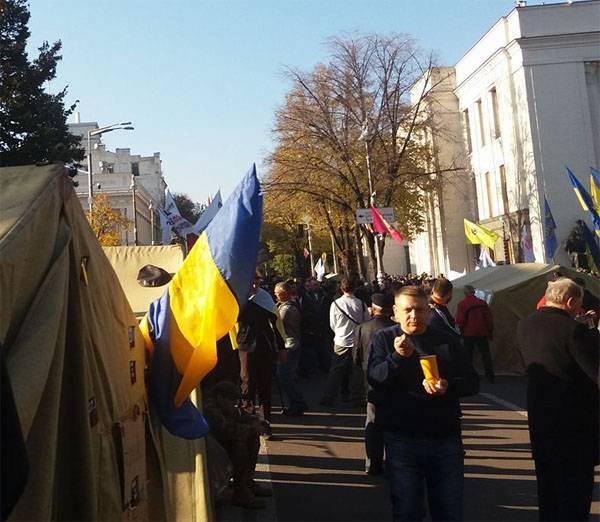 """Ulusal polis """"Rada altındaki"""" göstericilere karşı göz yaşartıcı gaz kullandı ve geri çekildi"""