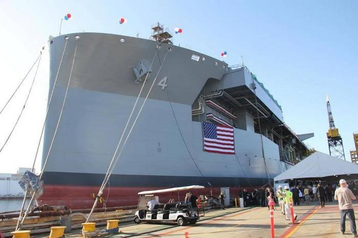 """미국에서는 두 번째 원정 기지 배를 """"세례""""했습니다."""
